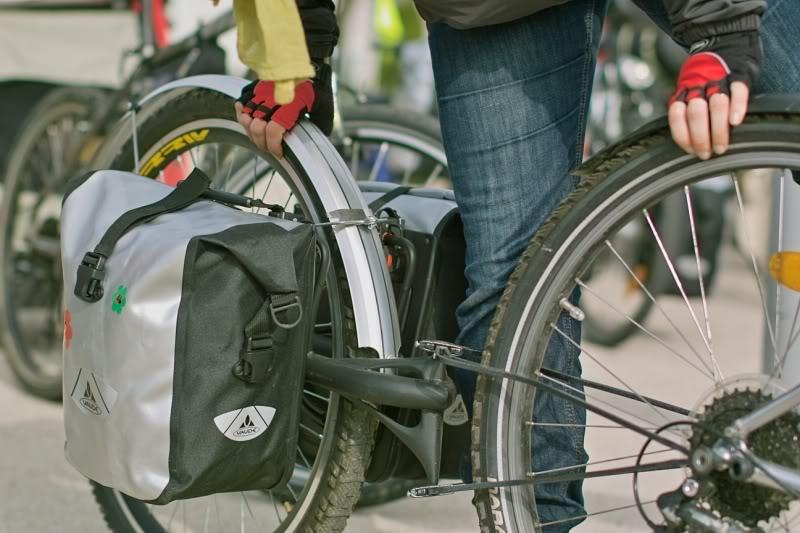 Remorque v�lo Extrawheel �quip� de sacoches avants Vaude Aqua Front.