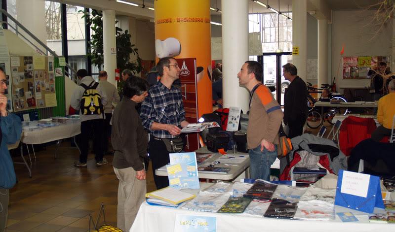 Voyage à vélo : festival du CCI, présentation de remorques et de sacoches de vélo.
