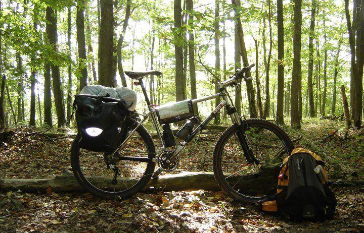Vélo avec sacoches Vaude.