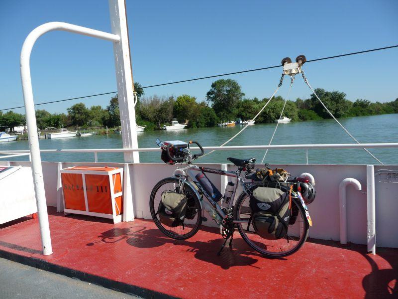 Vélo avec sacoches Vaude Discover.