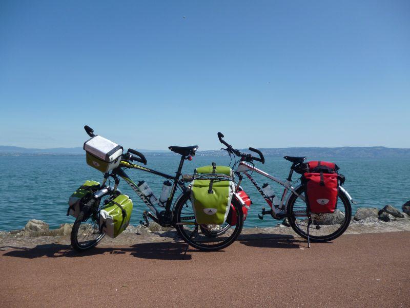 Vélo avec sacoches Vaude Aqualine.