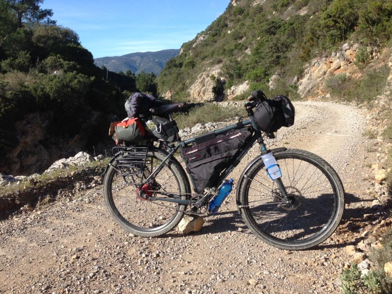 Vélo de bikepacking avec sacoches Revelate Design.