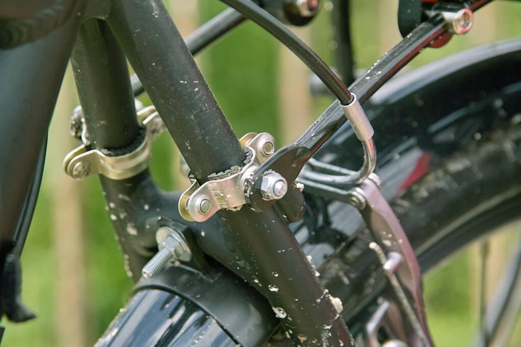 Montage d'un porte-arrière à l'aide de collier de plombier sur un cadre de vélo sans oeillets.