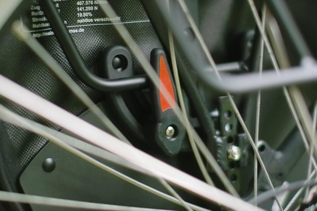 Montage d'une sacoche de vélo MSX sur un porte-bagages arrière.