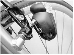 Lampe de vélo arrière Busch & Müller Seculite montée sur tasseau de frein.