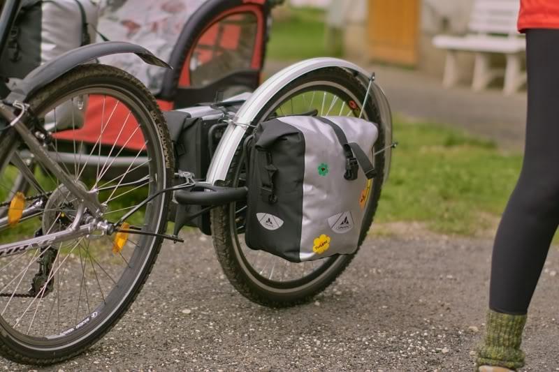 Remorque vélo Extrawheel équipé de sacoches avants Vaude Aqua Front.