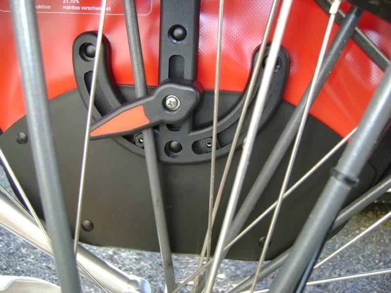 Vélo équipé de sacoches étanches MSX.