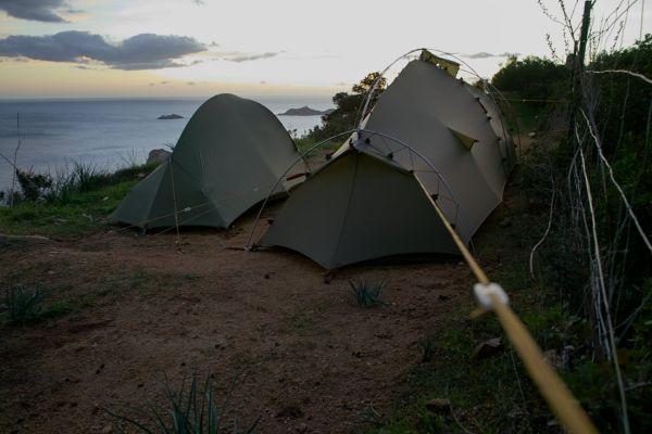 Tentes de randonnée haubanée.