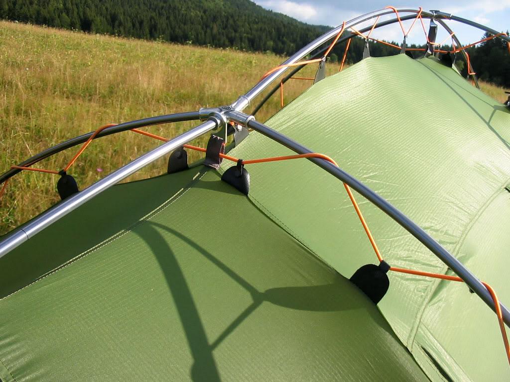 Le système de fermeture par enroulage, que l'on ne trouve que sur les tentes Vaude, permet un montage beaucoup plus facile et rapide qu'avec une tente à armature extérieure classique (où les arceaux doivent être insérés dans des guides).