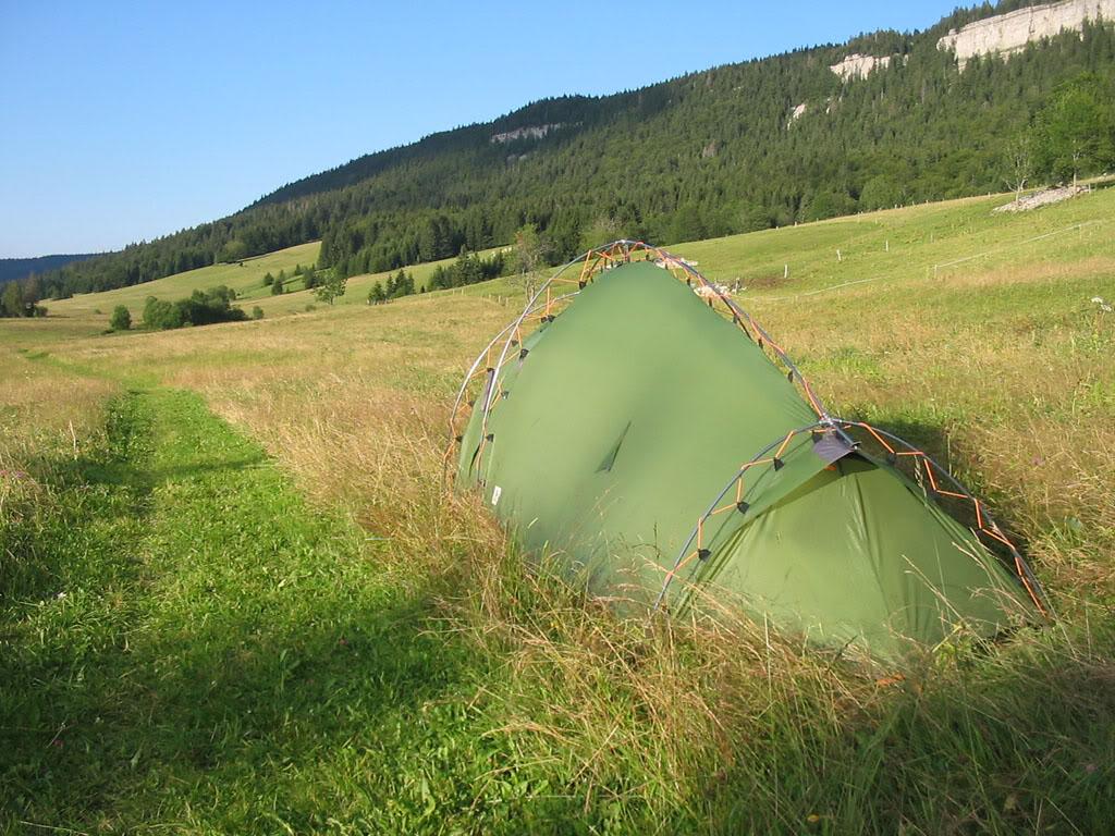 La photo ci-dessus montre l'arrière de la tente Vaude Hogan XT, la forme de la tente se fond facilement dans l'environnement.