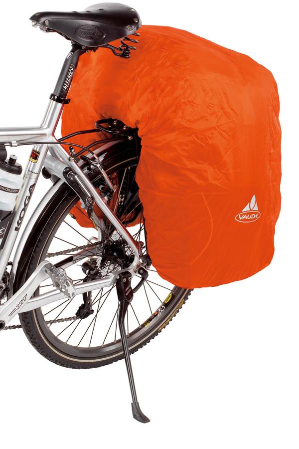 Voyage à vélo : housse étanche Vaude pour sacoche de vélo en trois pièces.