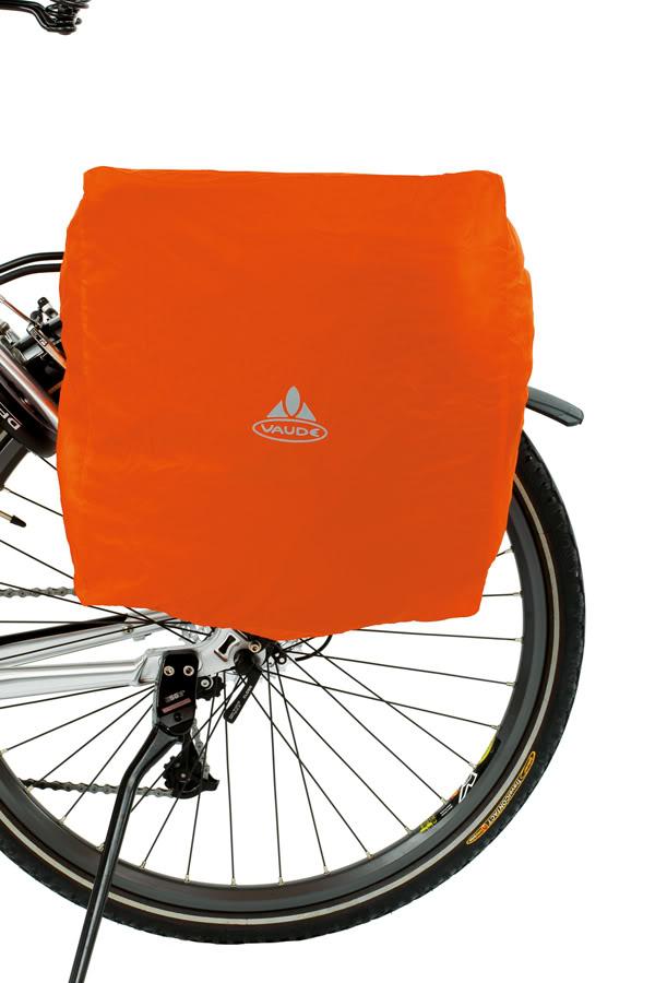 Voyage à vélo : housse étanche Vaude pour sacoche de vélo latérale.