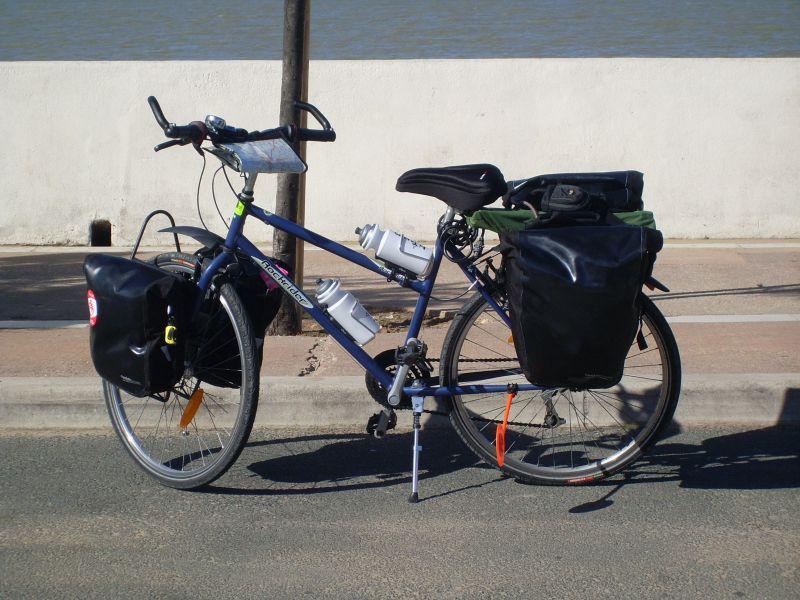 Vélo équipé pour le voyage.