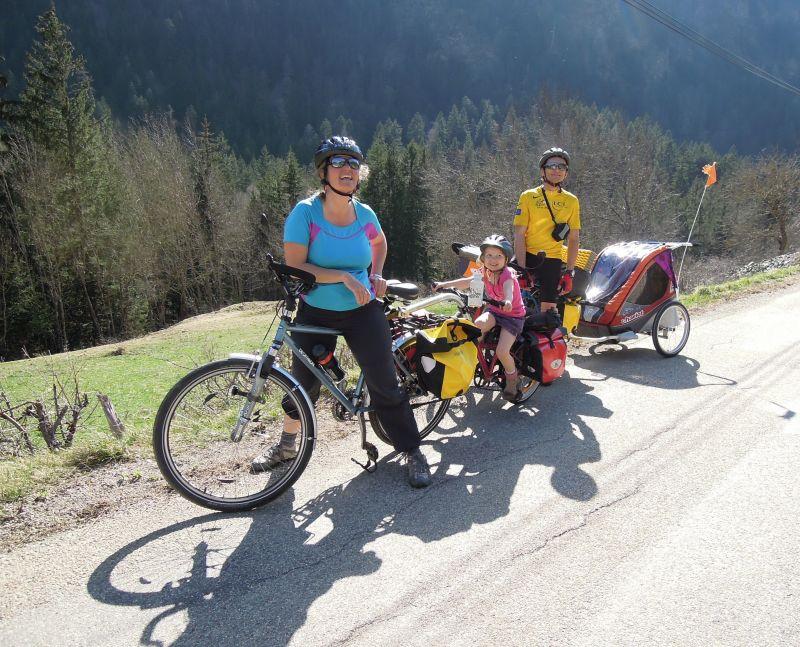 Voyage à vélo en famille, avec remorque enfant Chariot Corsaire.