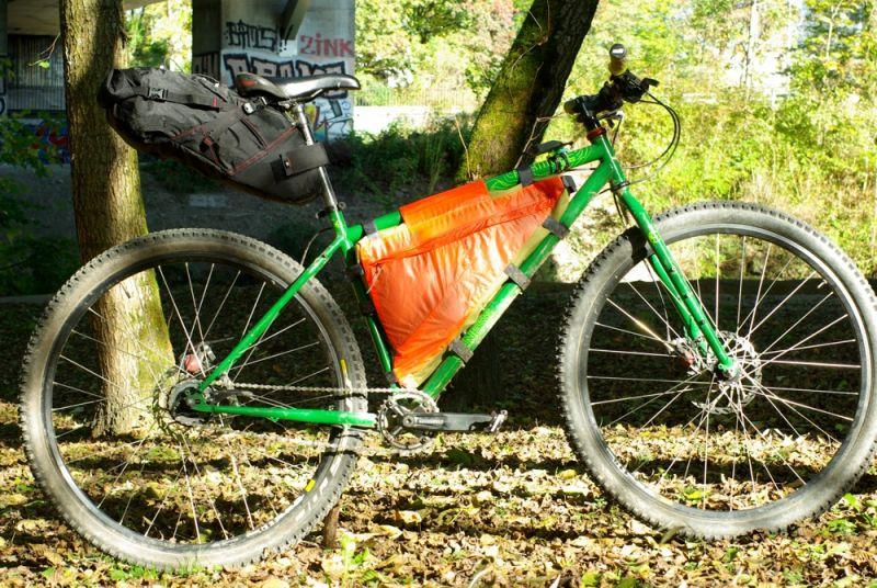 Vélo avec sacoche Revelate Design.