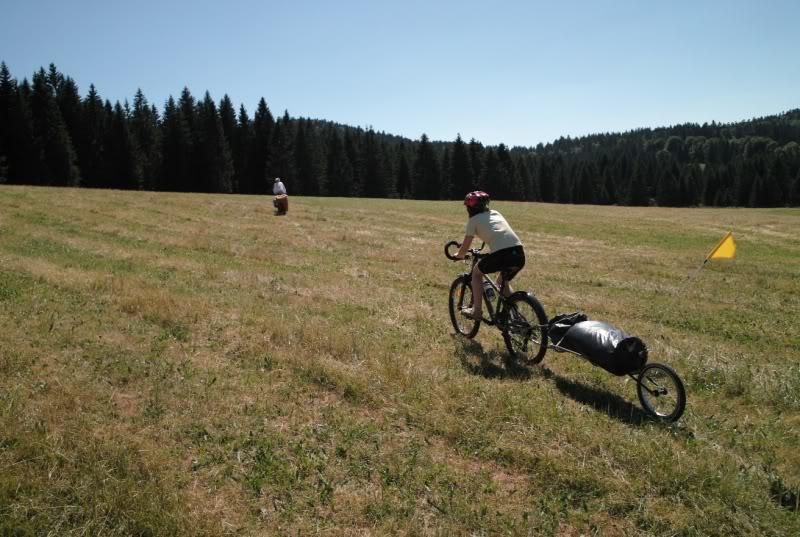 Voyage à vélo sur le GR5 et la GTJ avec les remorques Beez et Single Trailer.