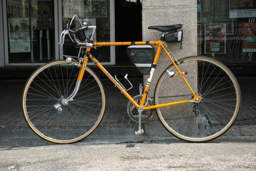 Vélo de course Peugeot avec sacoche de cadre et sacoche de selle Ziggie Bag.