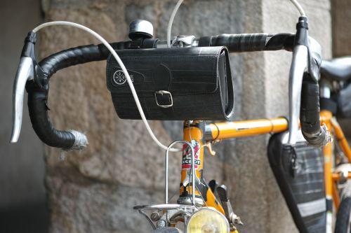 Vélo de course Peugeot avec sacoche de guidon Ziggie Bag.